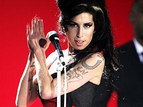 http://mtv-pt.mtvnimages.com/NewsImages/Amy_Winehouse_com_novo_namorado_/Amy_Winehouse_com_novo_namorado_.jpg?height=211